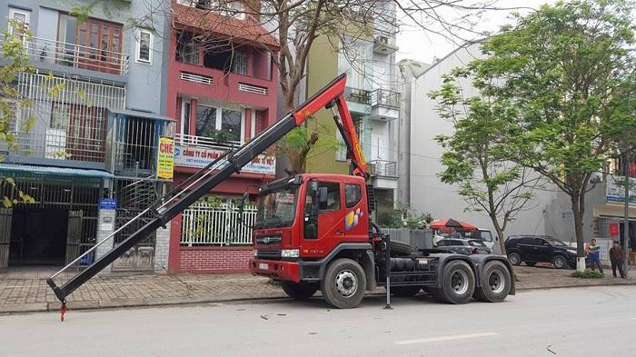 Xe đầu kéo gắn cẩu đời mới tại công ty TNHH Xuân Mười Hóc Môn