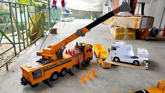 Xe cẩu dùng để di chuyển, bốc dỡ hàng hoá lớn